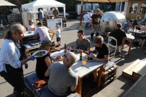 Uteservering på bryggerigården hos Pax Brygghus